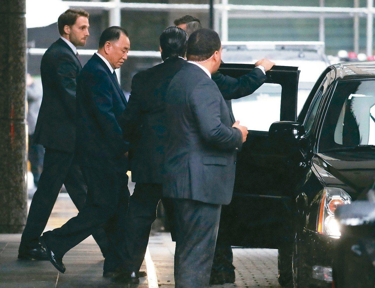 北韓勞動黨中央委員會副委員長金英哲(左二)在紐約會晤美國國務卿龐培歐之後搭車離開...