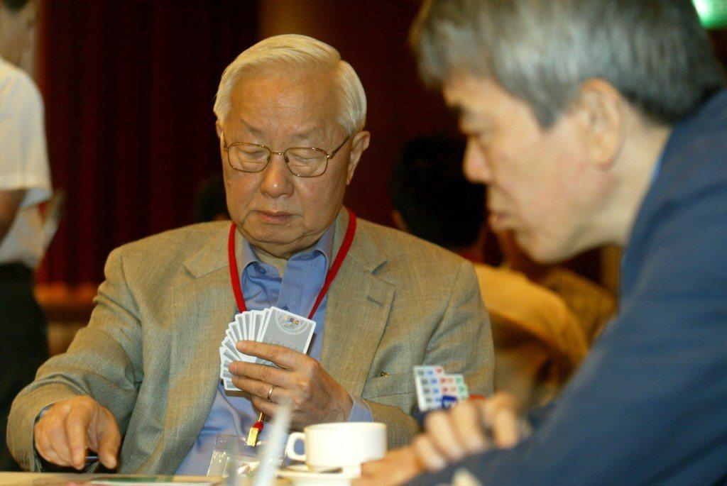 2004年張忠謀與郭哲宏搭檔參加亞太橋藝大賽隊制賽,張忠謀看牌表情專注。 本報系...