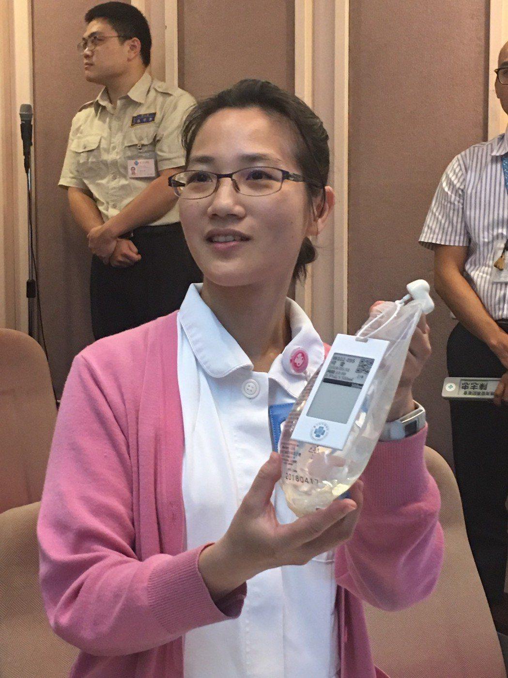護理師展示點滴電子紙醫療卡 台中榮總/提供。