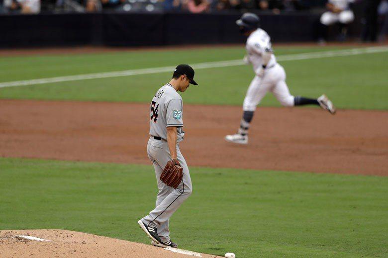 被維拉紐瓦轟出2分砲後,陳偉殷(左)低頭沉思,這是他本季被擊出的第8轟,速度比去...