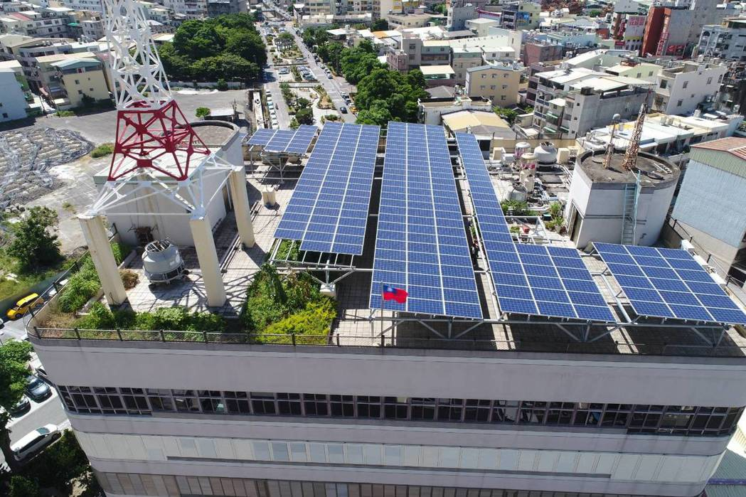 楠梓區公所行政中心樓頂太陽能光電綠屋頂,將原本閒置之屋頂空間美化為綠能生態園地。...