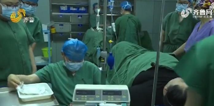 190公斤產婦生孩子,醫師說她脂肪太厚,孩子像從深井撈出來。取自微博