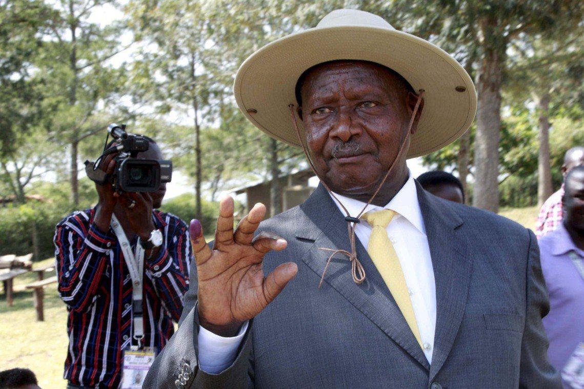 圖為強人總統穆塞維尼2016年總統大選時秀出他投票證明的小拇指。 圖/路透社