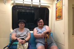 「胖子」坐捷運多佔半個位子,有道德問題嗎?