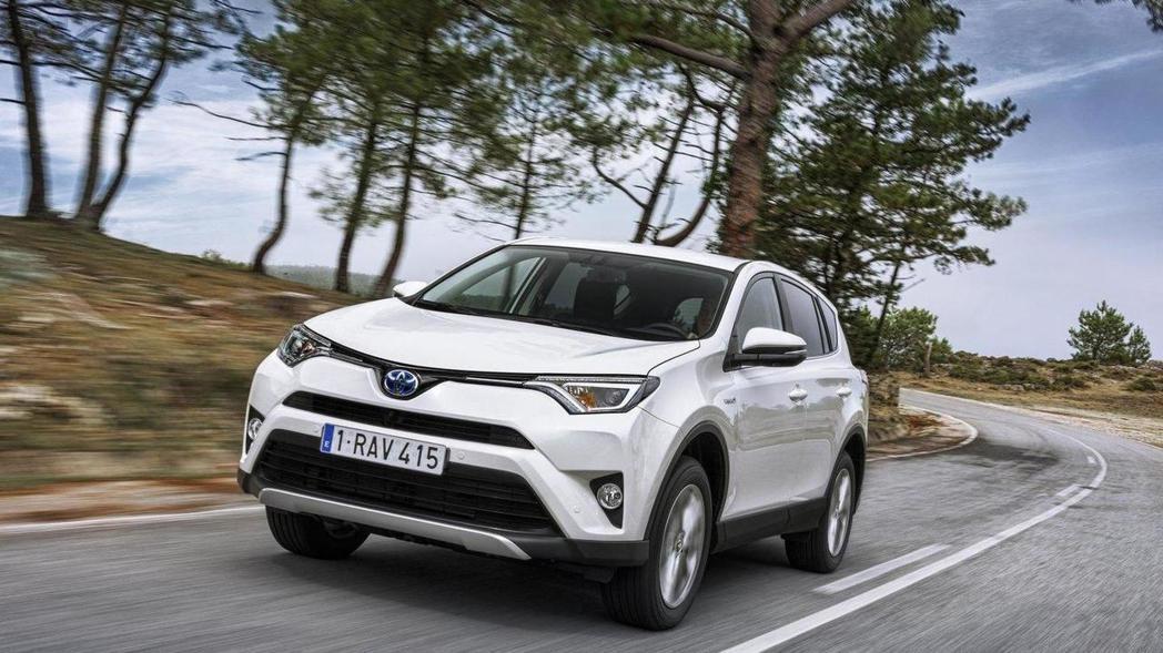 現在要在歐洲買第四代的RAV4,只剩下汽油與Hybrid車型可選擇。圖為第四代Toyota RAV4 Hybrid車型。 摘自Toyota