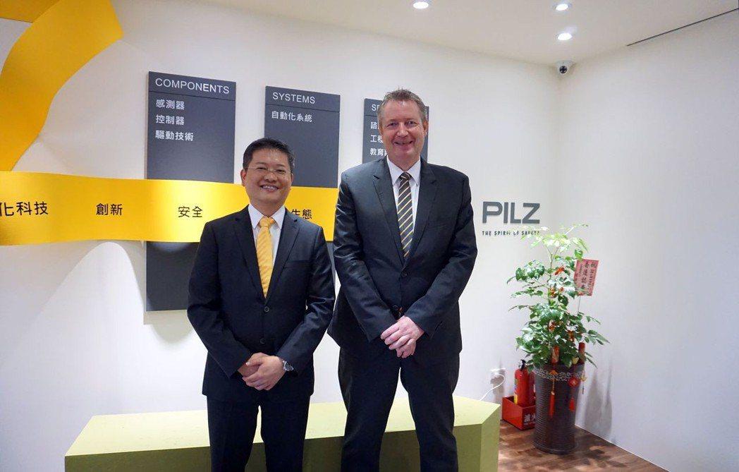 台灣皮爾磁總經理吳瑞山(左)、皮爾磁Pilz亞太區行銷經理Matthias Br...