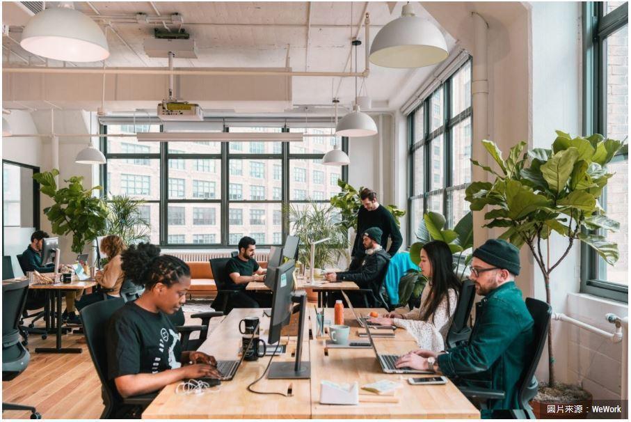 成軍8年的WeWork,在全球有242間共享辦公室。過去,他們以出租空間為主要商...