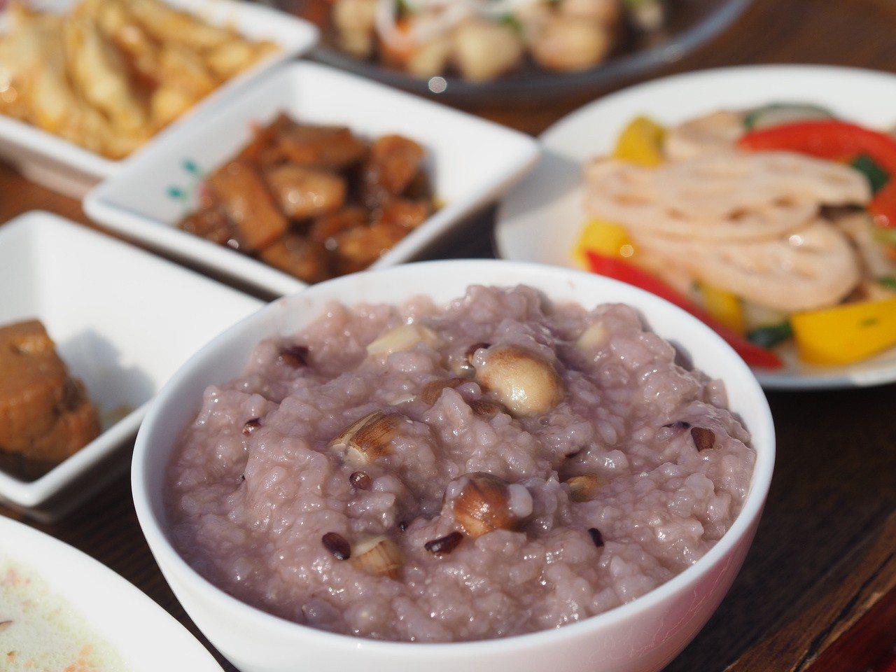 這季節到白河小旅行,可以嚐到最新鮮的蓮子餐。 朱家瑩/攝影