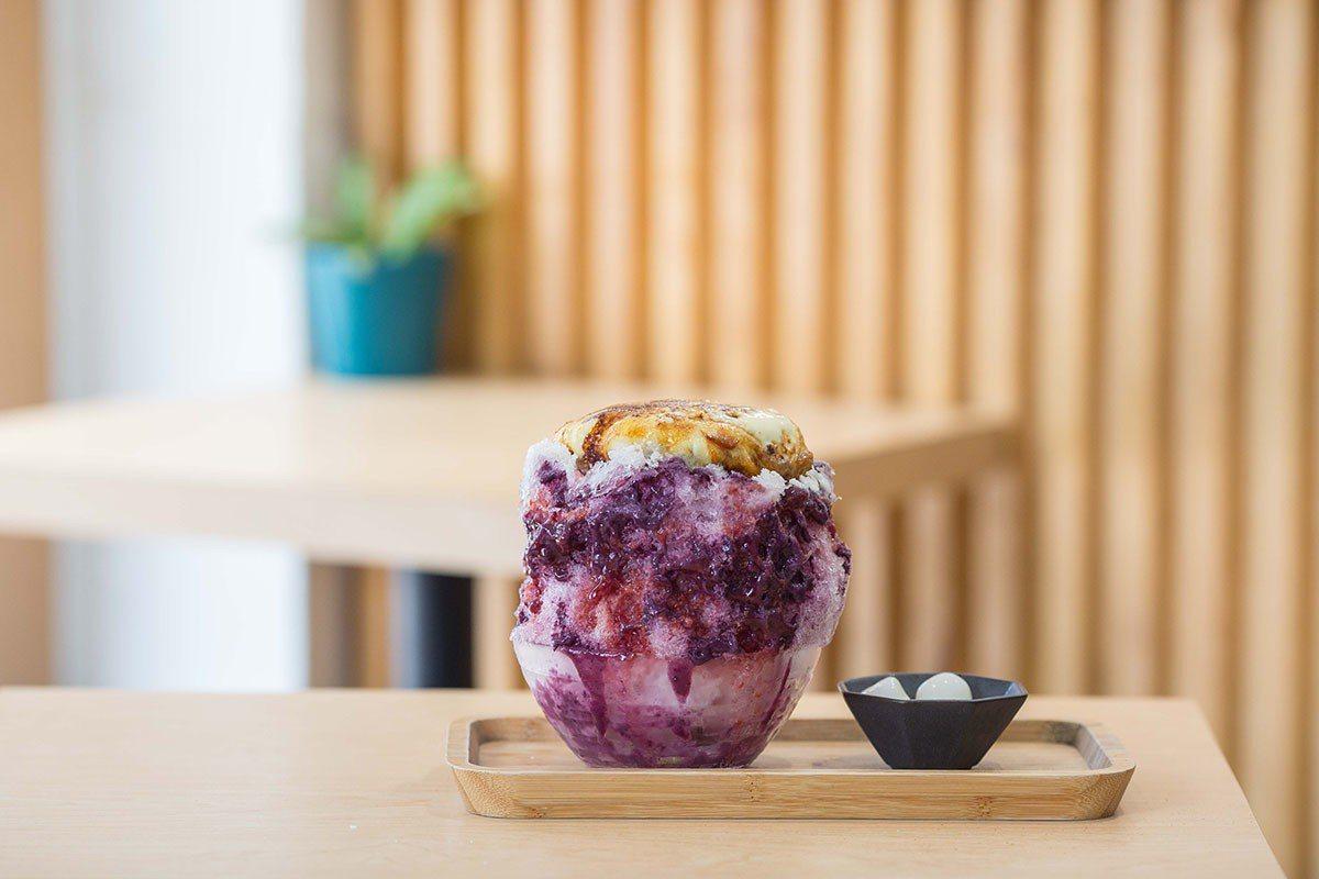 新鮮藍莓加覆盆莓結合炙燒烤布蕾與糖漬梅果