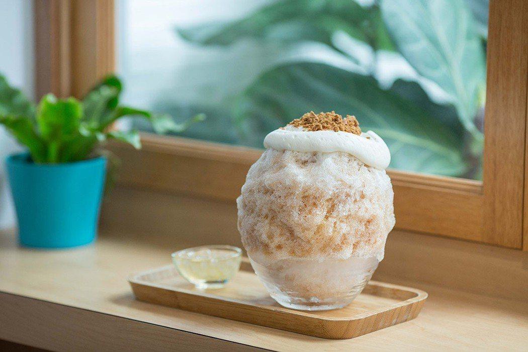 秋白焦香紅茶冰百年茶莊茶葉熬製的紅茶醬搭配法國鮮奶蓋灑上焦糖餅乾