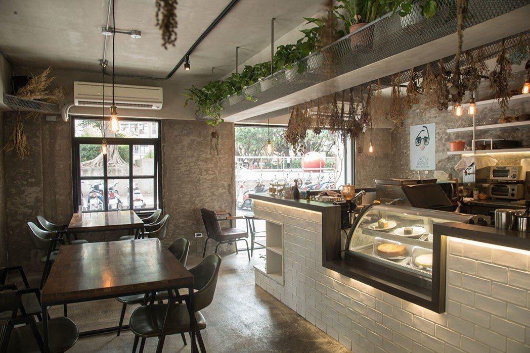 白色吧檯旁的用餐區引進自然光,聊天閱讀都舒服