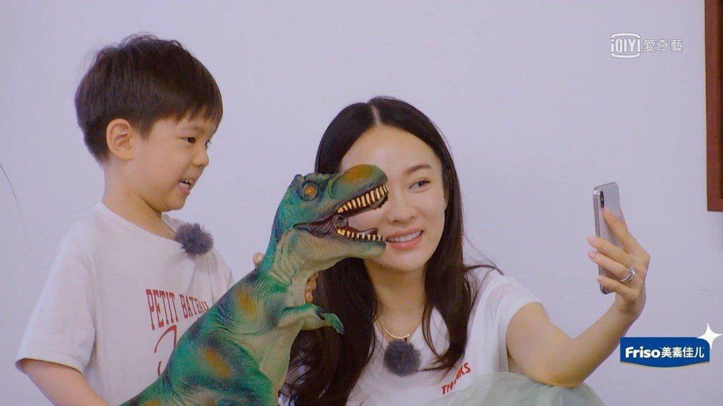 嗯哼搬出大恐龍玩具跟Jasper透過視訊PK。圖/截圖自愛奇藝台灣站