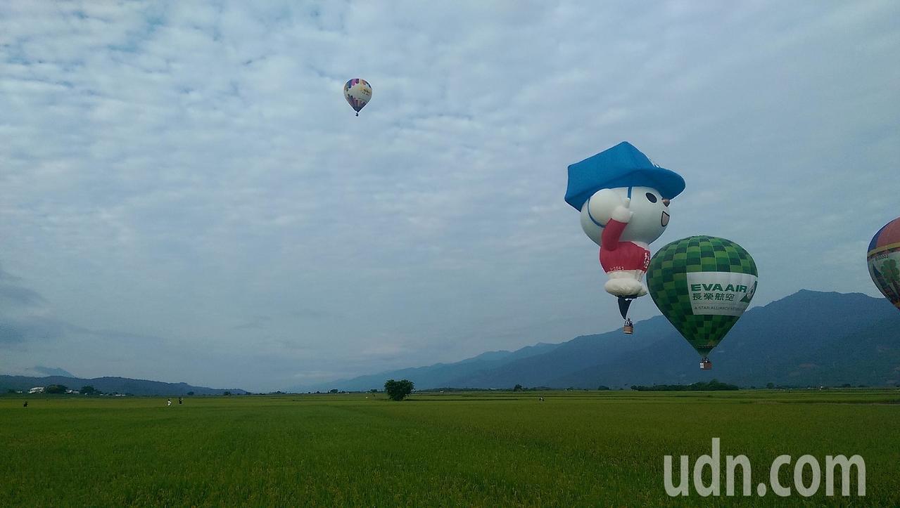 迎接台東「2018台灣國際熱氣球嘉年華」活動即將登場,今天一早6顆熱氣球同時在一...