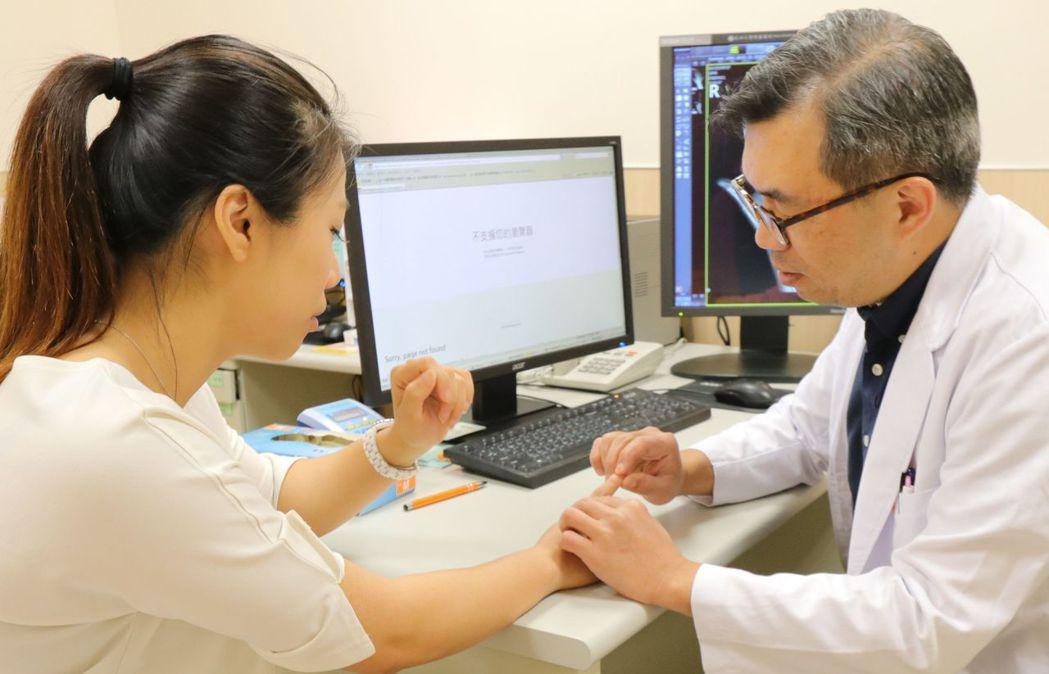 醫師鄭旭棠(右)建議,民眾發生手骨折,應盡早就醫,並且找專業的手外科醫師諮詢,才...