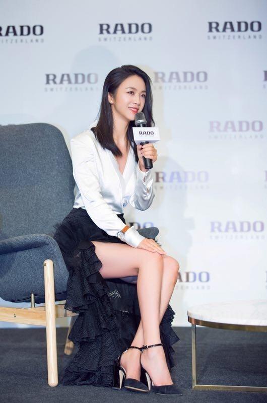 湯唯以低胸白襯衫、黑色蕾絲裙造型現身,意外的秀出美腿,小露性感。圖/RADO提供