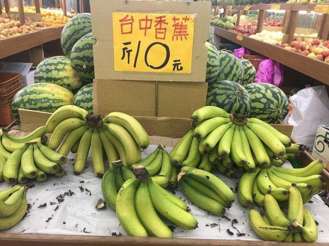香蕉盛產,價格低迷,台北的末端售價已在10元左右徘徊。記者彭宣雅/攝影