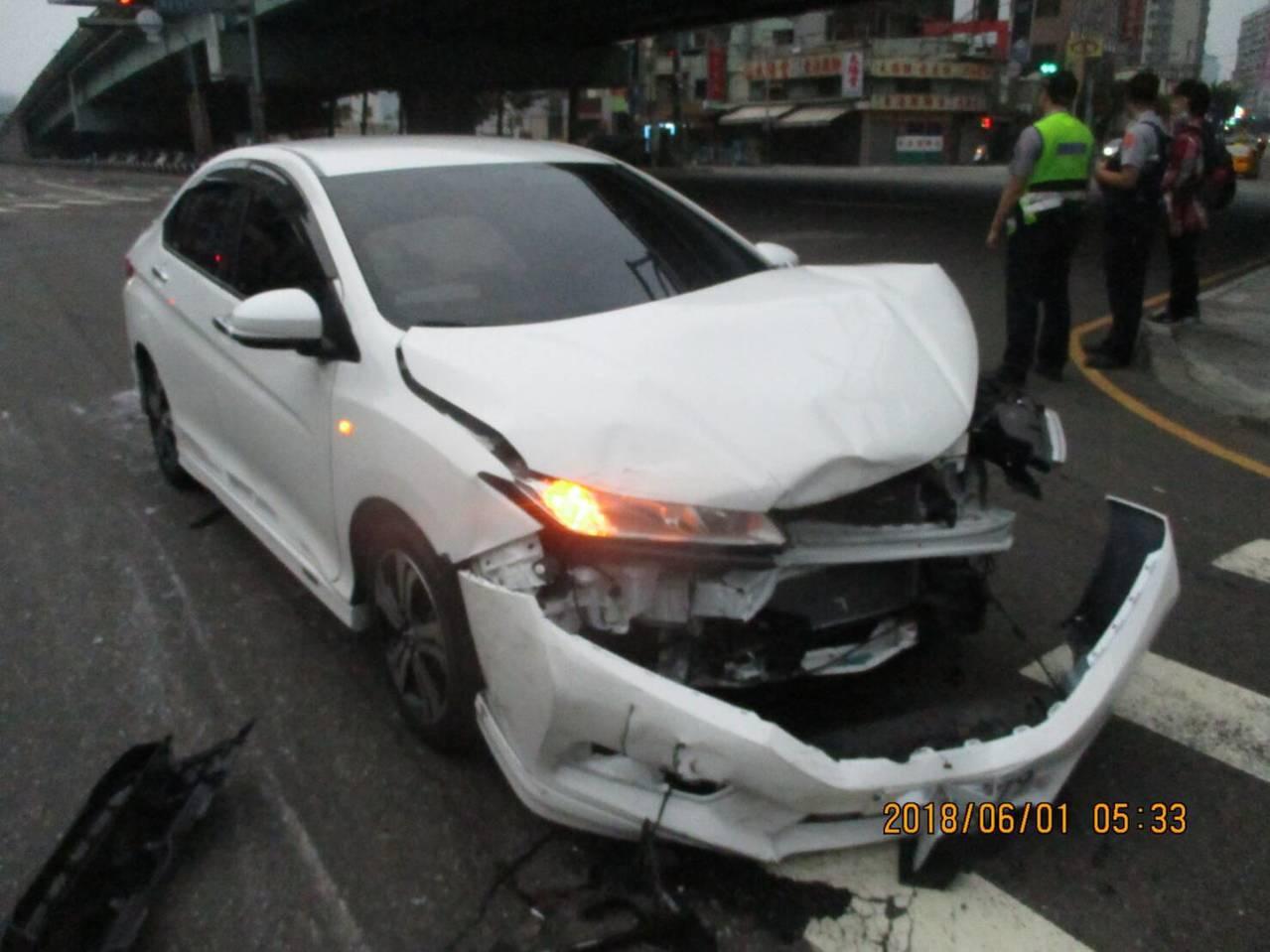 台中市西屯區台灣大道、黎明路口今天上午5時許,發生一起車禍,一輛貨車被撞翻,轎車...