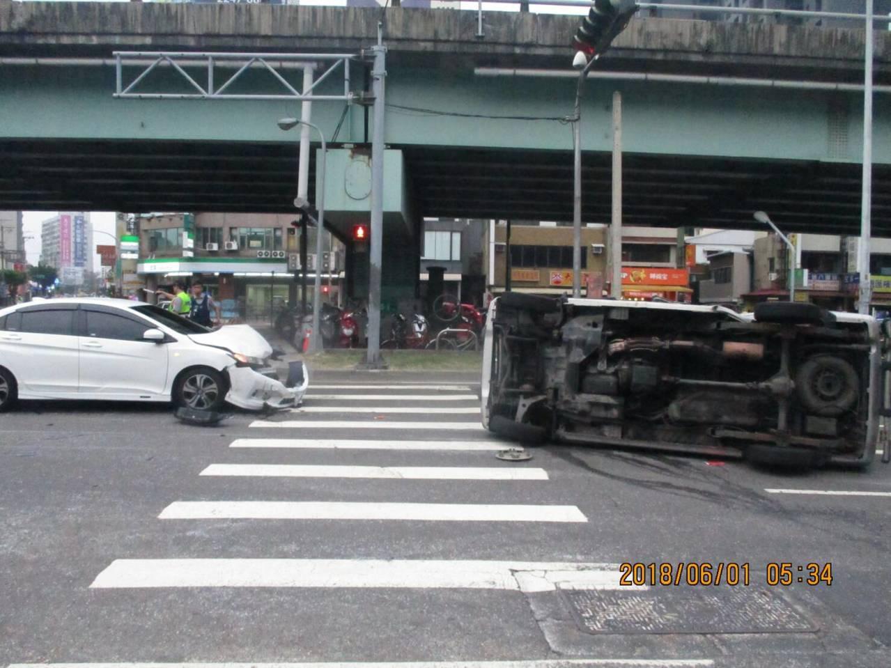 台中市西屯區台灣大道、黎明路口今天上午5時許,發生一起車禍,一輛貨車被撞翻。記者...