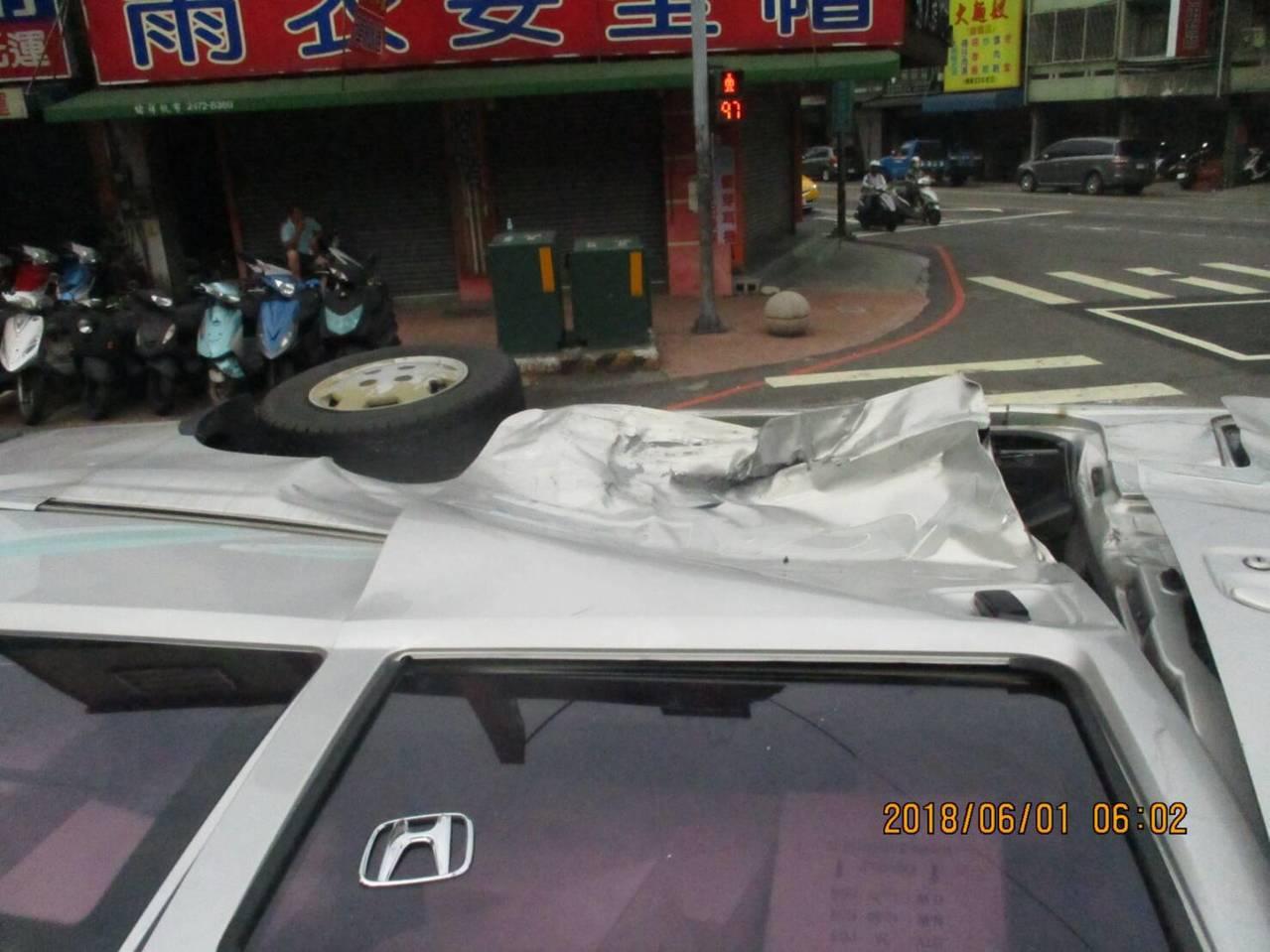 台中市西屯區台灣大道、黎明路口今天上午5時許,發生一起車禍,一輛貨車被撞翻,貨車...