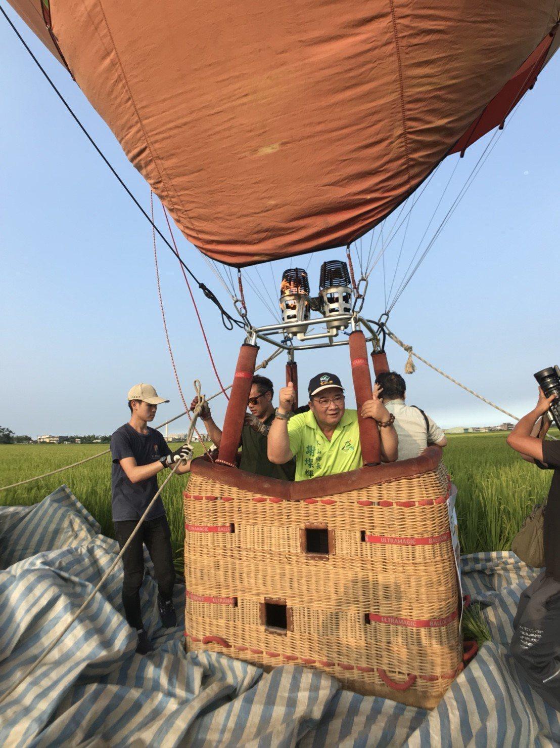 被稱為宜蘭「伯朗大道」冬山鄉三奇村農路,稻浪翻飛,今年新增4天的熱氣球秀,首梯明...