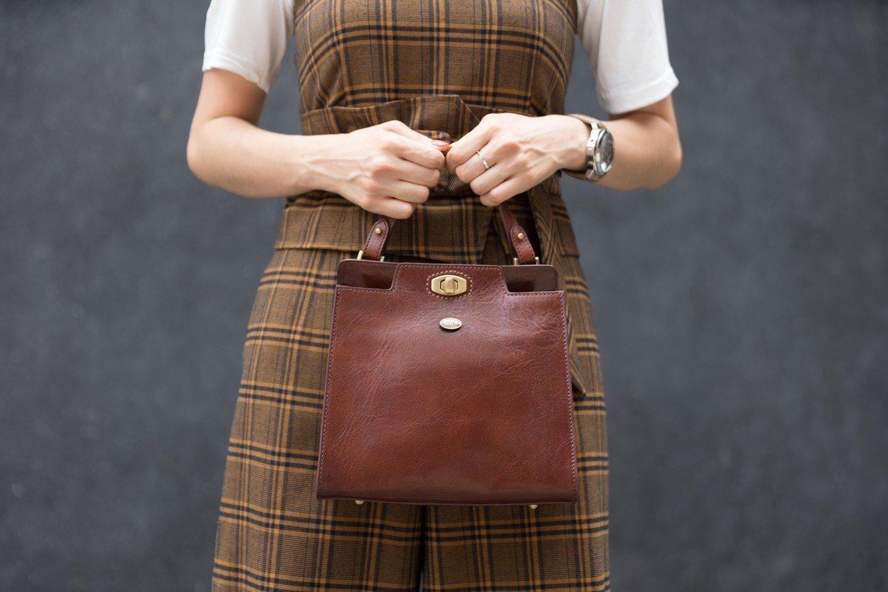 「瑪莉珍 手提斜背包」復古版,優雅的皮革色澤,以及復古的轉鎖釦,呈現不一樣的老回...