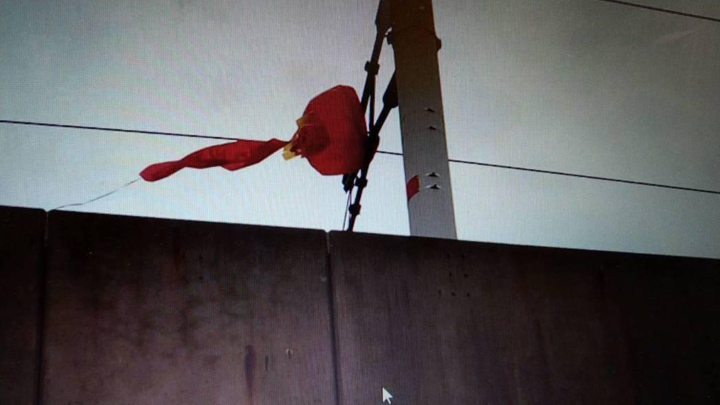 台灣高鐵台南歸仁路段,發現架空電車線遭大型氣球纏繞,目前施行單線雙向運轉。圖/台...