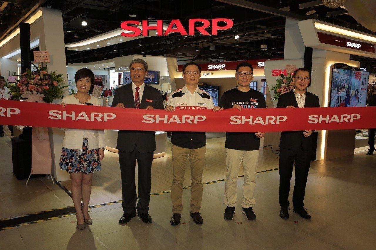 夏普(SHARP)亞洲首間智能旗艦店今(1)日在台北三創園區開幕,由左至右依序為...