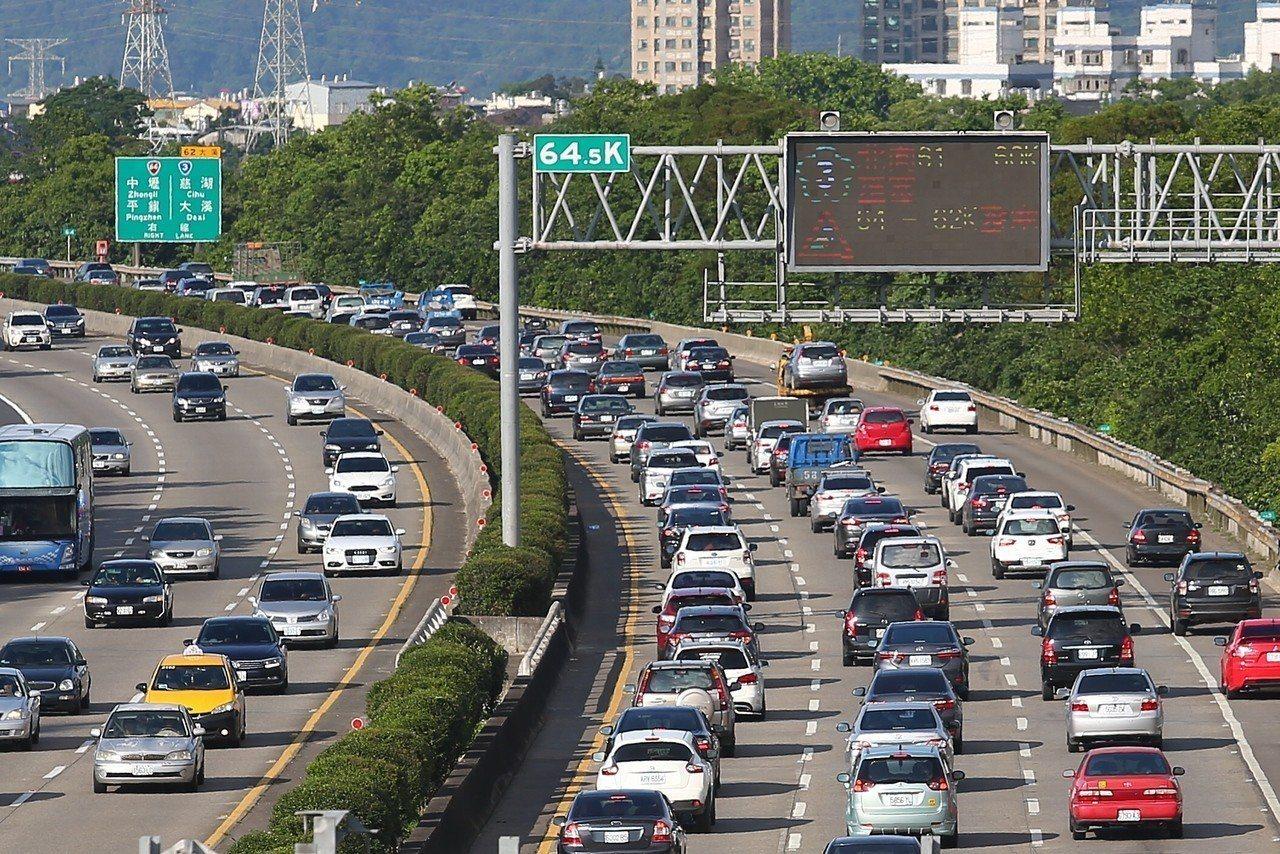 端午節將至,交通部今天公布端午節疏導措施,16日到18日0時到5時國道實施暫停收...