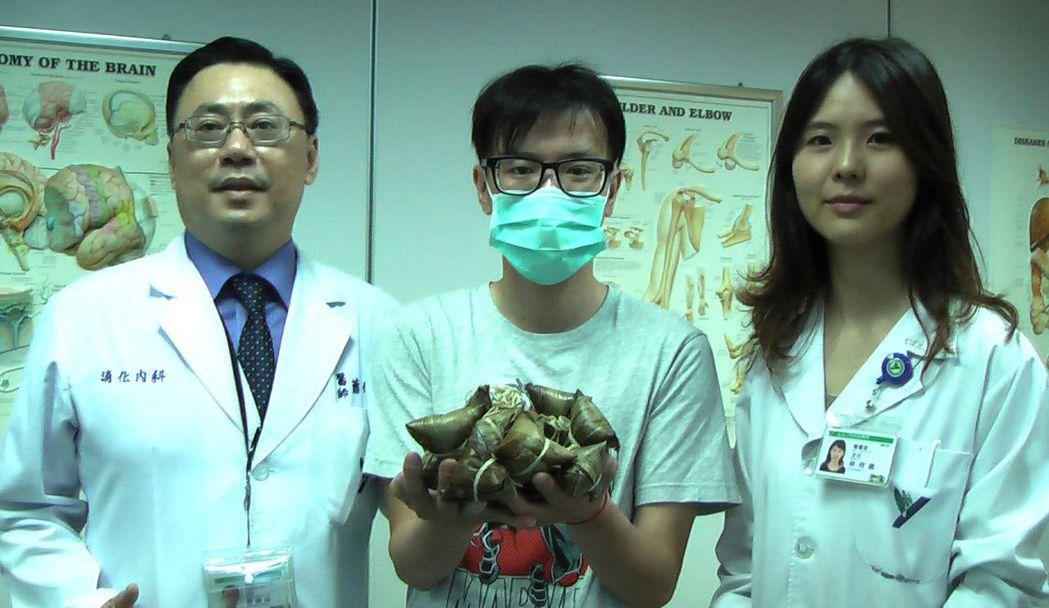 阮綜合肝膽腸胃科主治醫師蕭偉成(左)與營養室主任林欣儀(右),提醒民眾吃粽要適量...