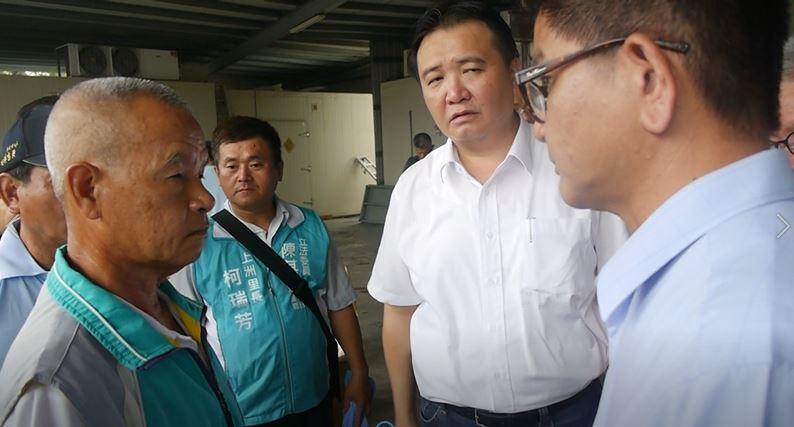 旗山蕉農柯文化(左一)抱怨說「已經忍耐很久了」,懷念以前外銷日本的榮景。 記者徐...