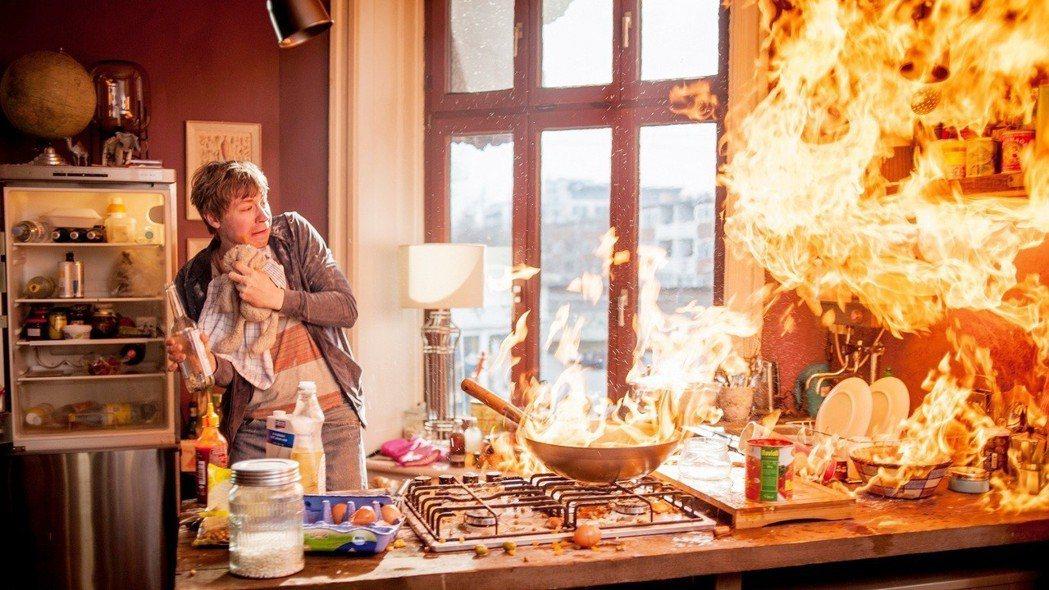 「他叫簡單,他是我兄弟」中的智障男孩煮菜卻引起火災。圖/海鵬提供