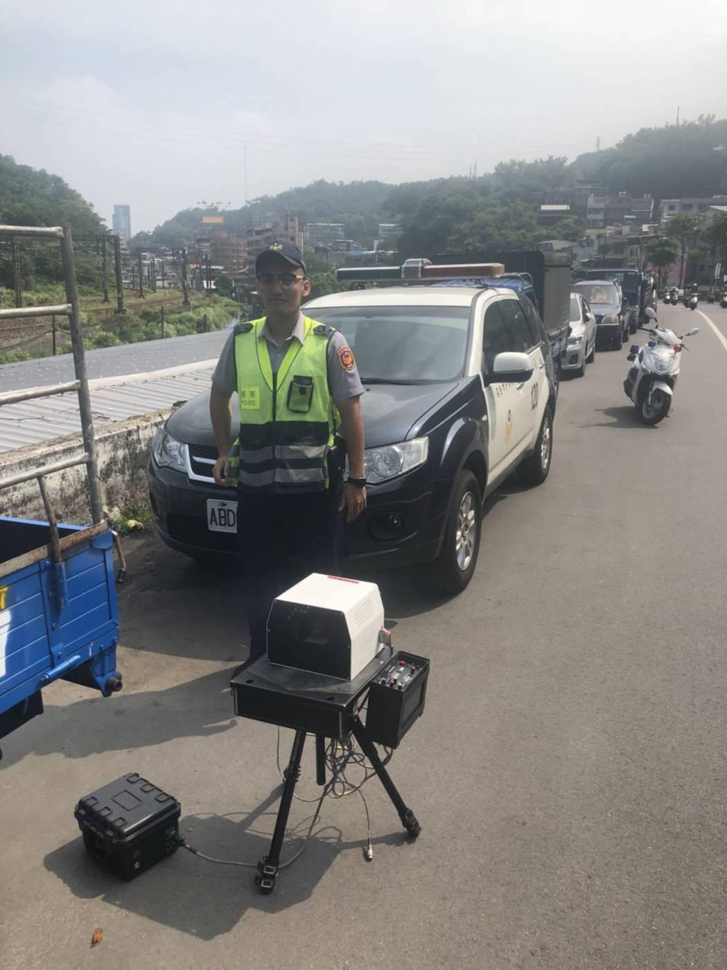 基隆市警局機動性出動「移動式測速照相機」,加強南榮路超速取締。圖/基隆市警局提供