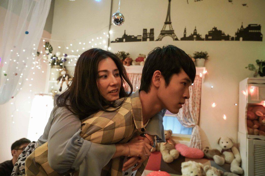 陳怡蓉被戲中兒子張豐豪揹起向外求援。圖/TVBS提供