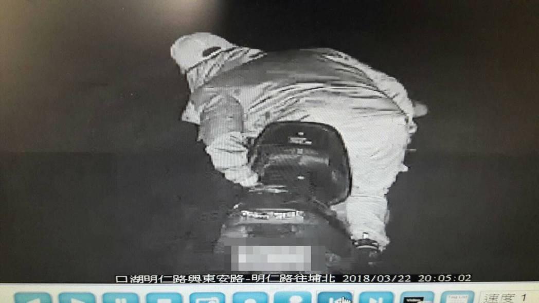 警方從路口監視器查到許男自摔前騎車的身影。圖/北港分局提供