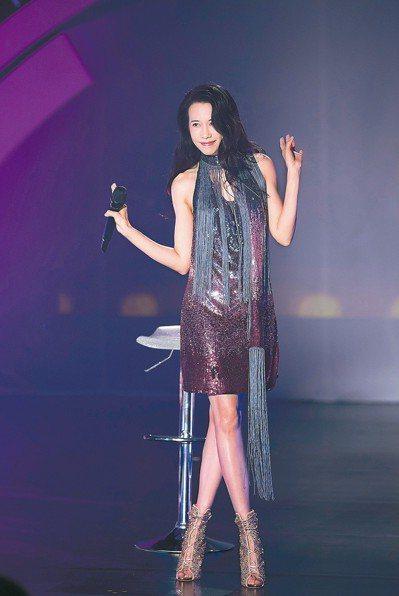 莫文蔚穿上幸運戰袍,在北京出席「我們在中場相遇」新歌首唱會。 圖/索尼音樂提供
