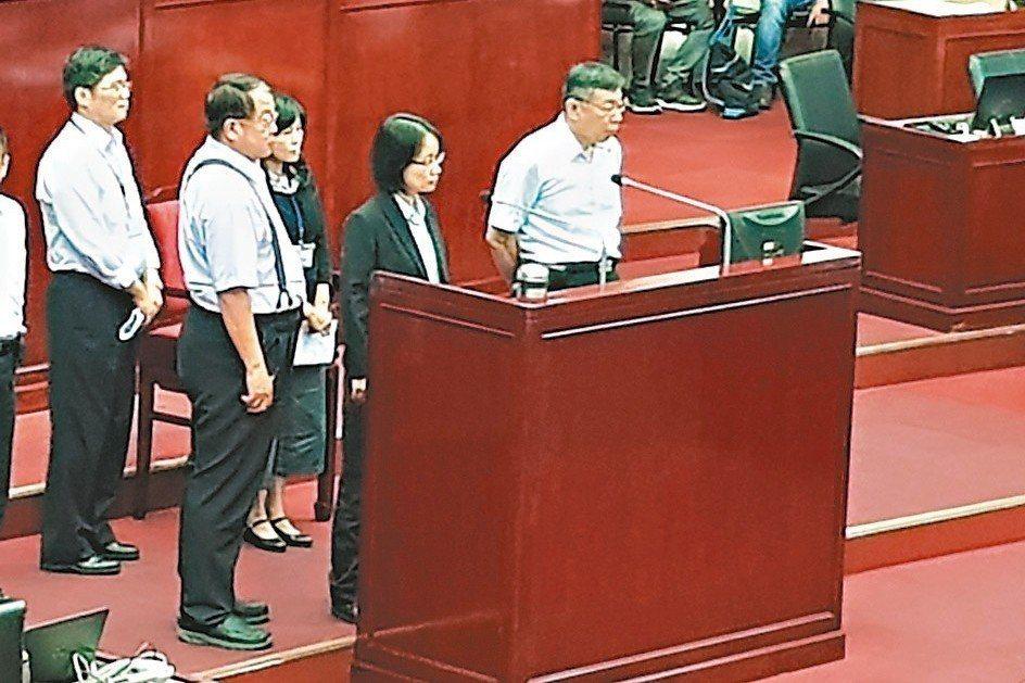 台北農產運銷公司總經理吳音寧(右2)被爆涉用「業務推廣費」買60瓶洋酒,送給民進黨北市黨部辦黨慶,吳親上火線解釋,一切合情合理。 記者翁浩然/攝影