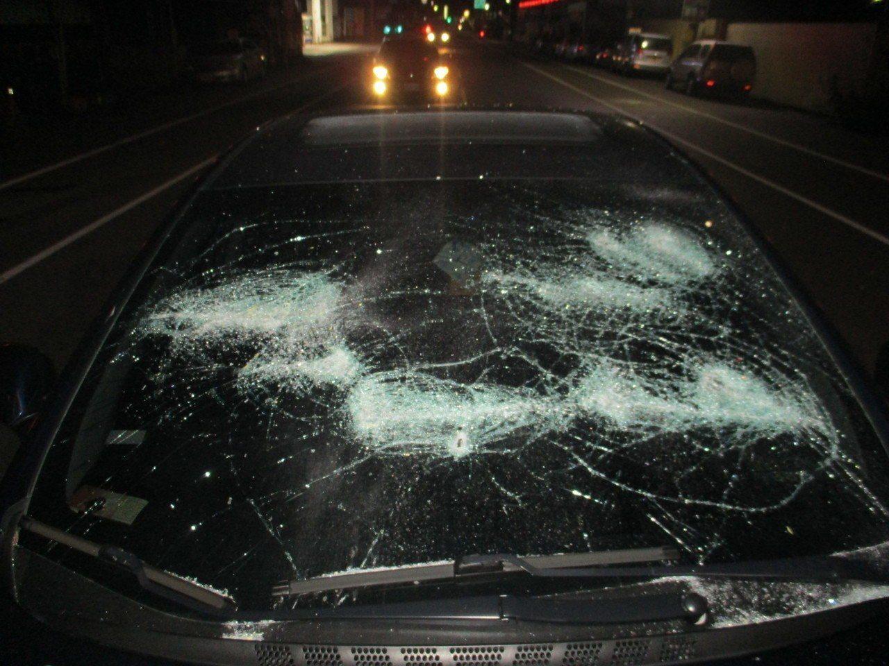 海軍陸戰隊何姓上兵的車輛被砸,甚至還被開多槍。記者潘欣中/翻攝