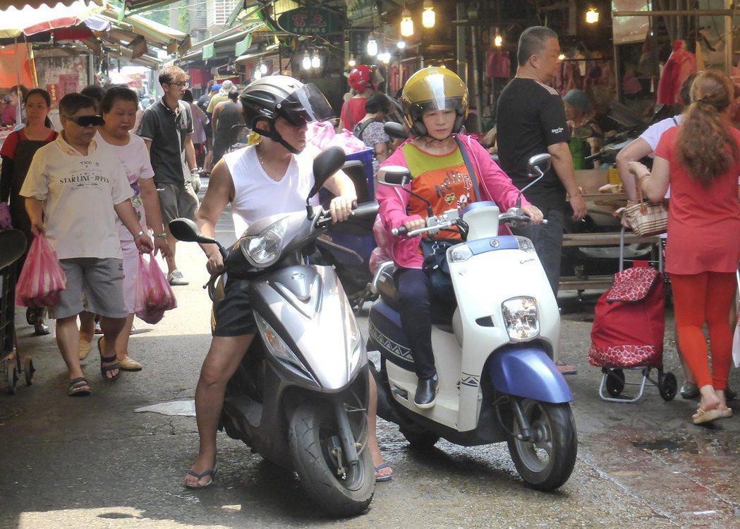 台灣傳統市場多位在狹巷內,又未禁止機車進入,常險象環生。 記者王宏舜/攝影
