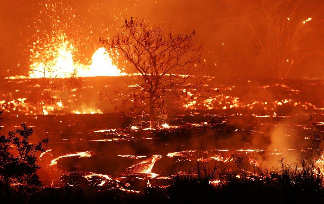 美國夏威夷的基拉韋亞火山連續噴發四周,仍未平息。 圖/法新社