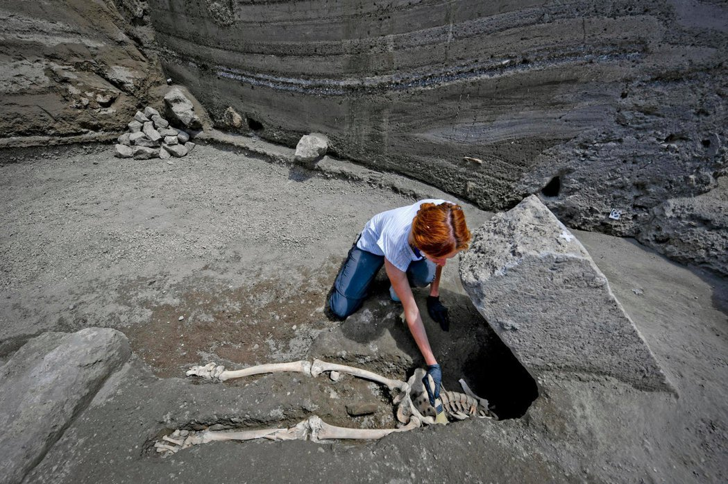 義大利龐貝古城,遺址新考古發現了一名男子遺骸,不是死於火山灰,而是被噴發出去的巨石壓死。 圖/美聯社