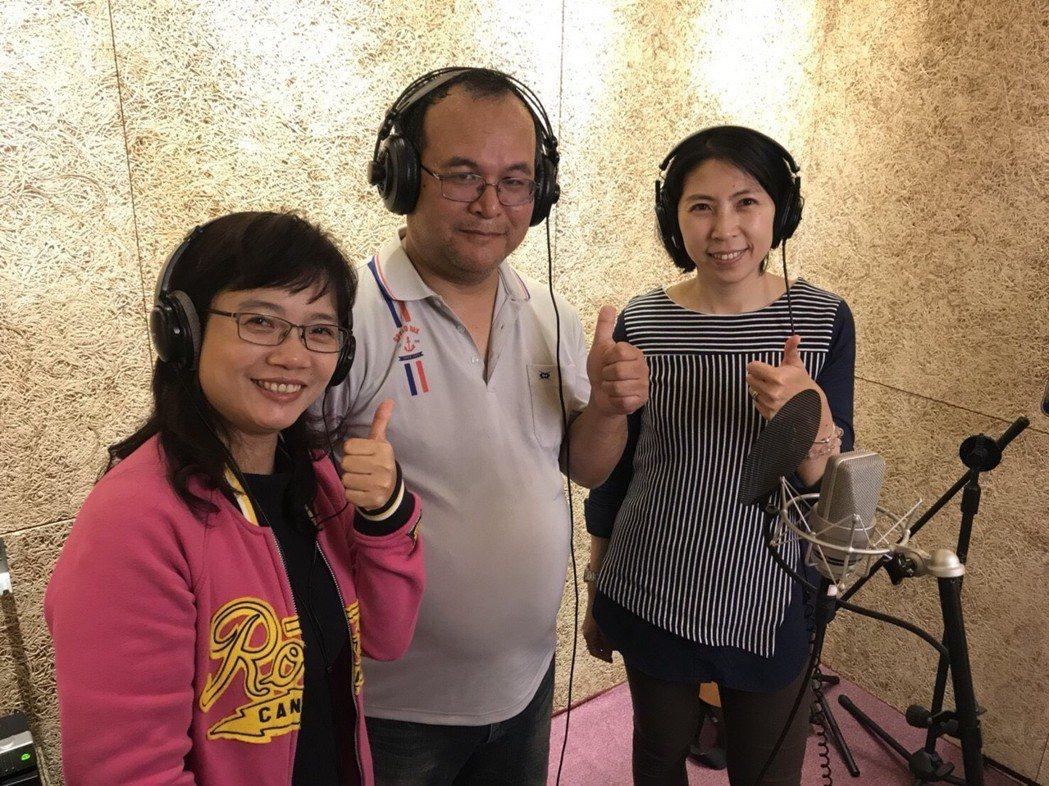 桃園9所國中、小老師進錄音室配唱自創畢業曲「點亮」。圖/金魚數位音樂提供