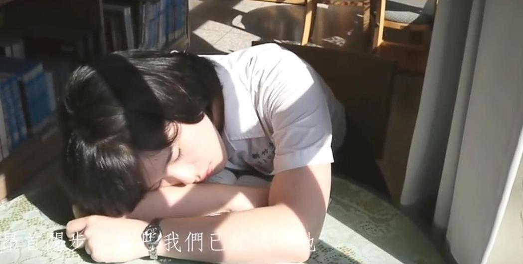 新竹女中畢業生創作的畢業歌「回眸」,影片中充分運用光與影對比,讓畫面有層次。圖/...