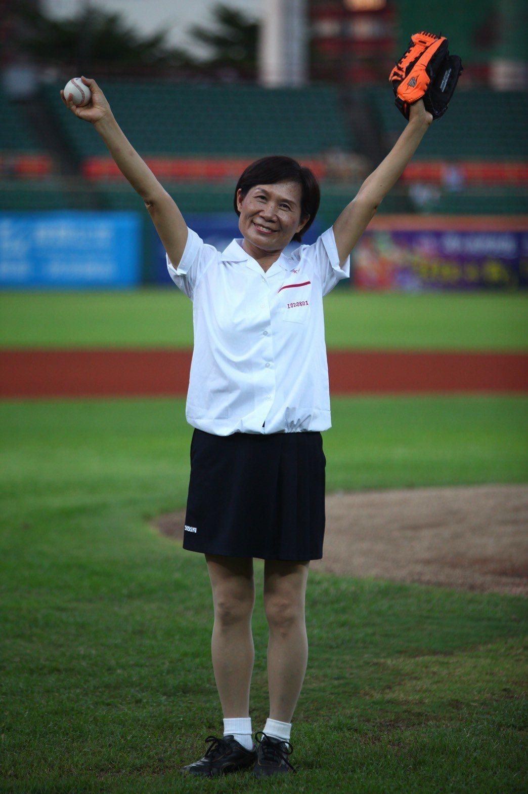 2013年8月2日 CPBL 獅 VS 犀牛,高雄女中校長黃秀霞賽前帶著漾舞社在...