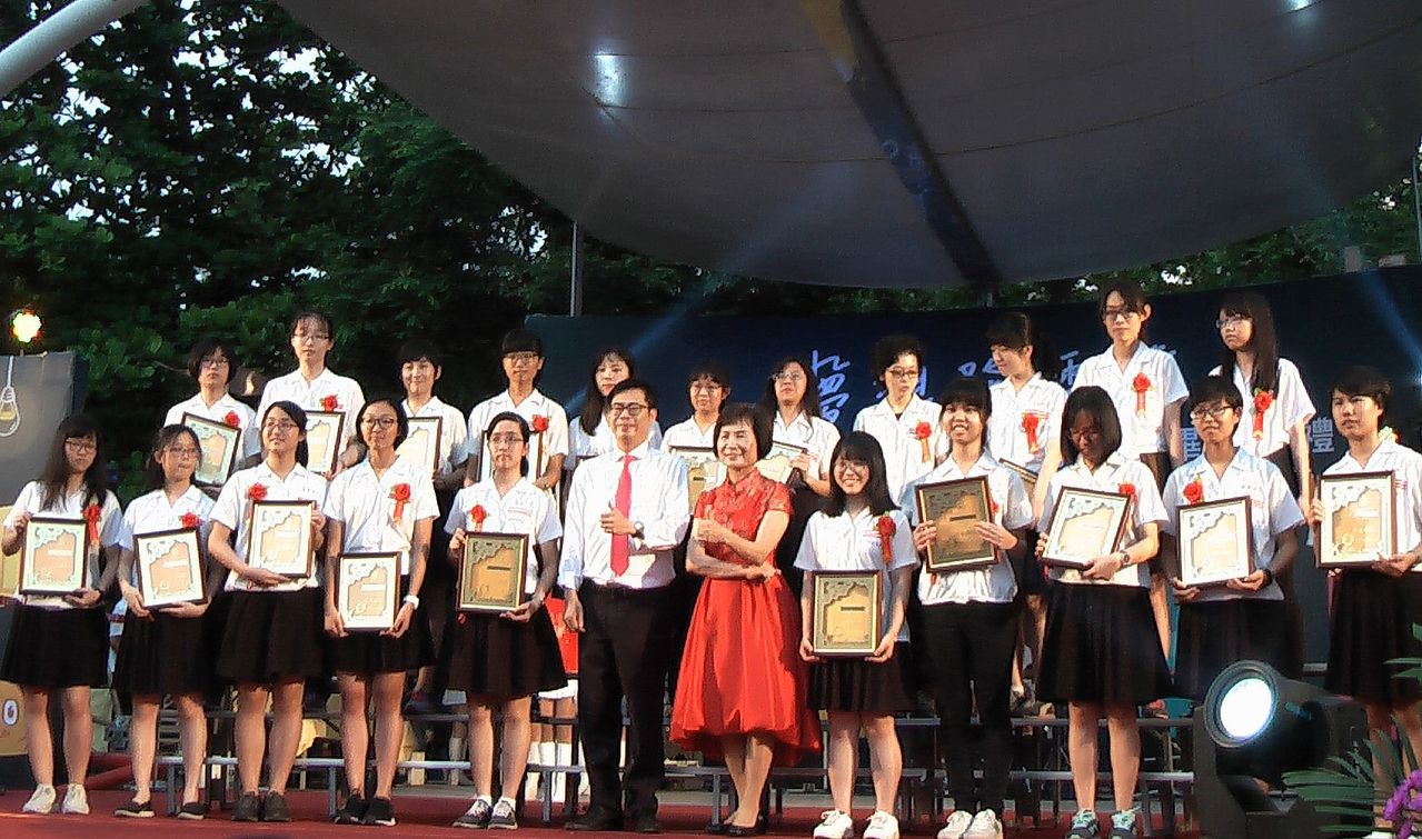 雄女校長黃秀霞(紅衣)與學生們一起畢業。記者徐如宜/攝影