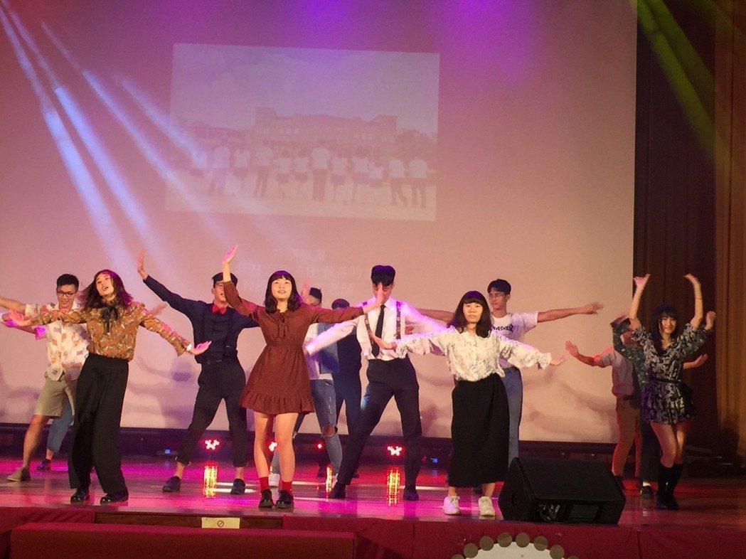 新化高中復古畢典 老校長跟著學生「畢業」