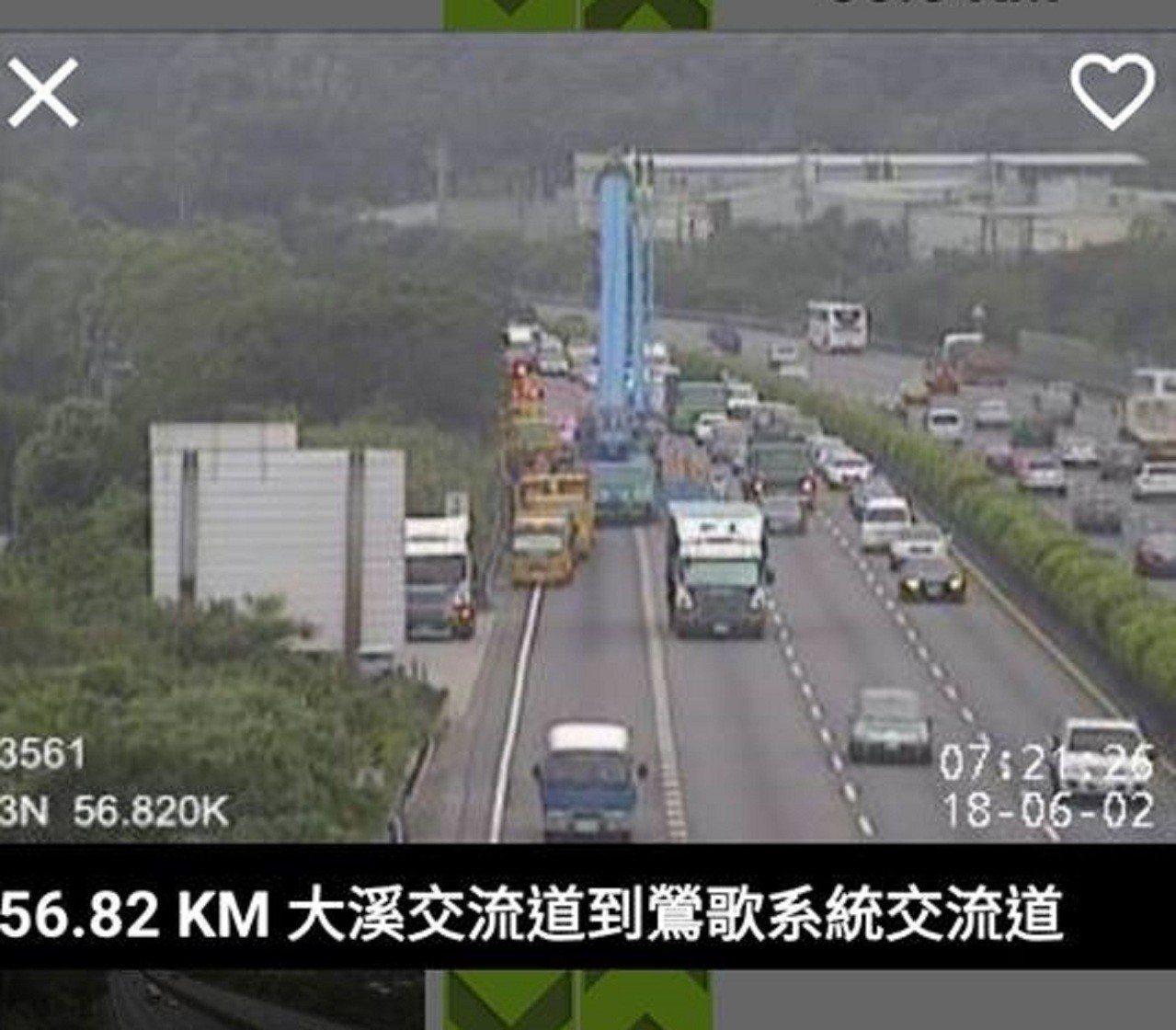 國道3號北上57公里發生貨櫃車衝入邊坡,車流嚴重回堵,過了57公里車流才漸漸恢復...