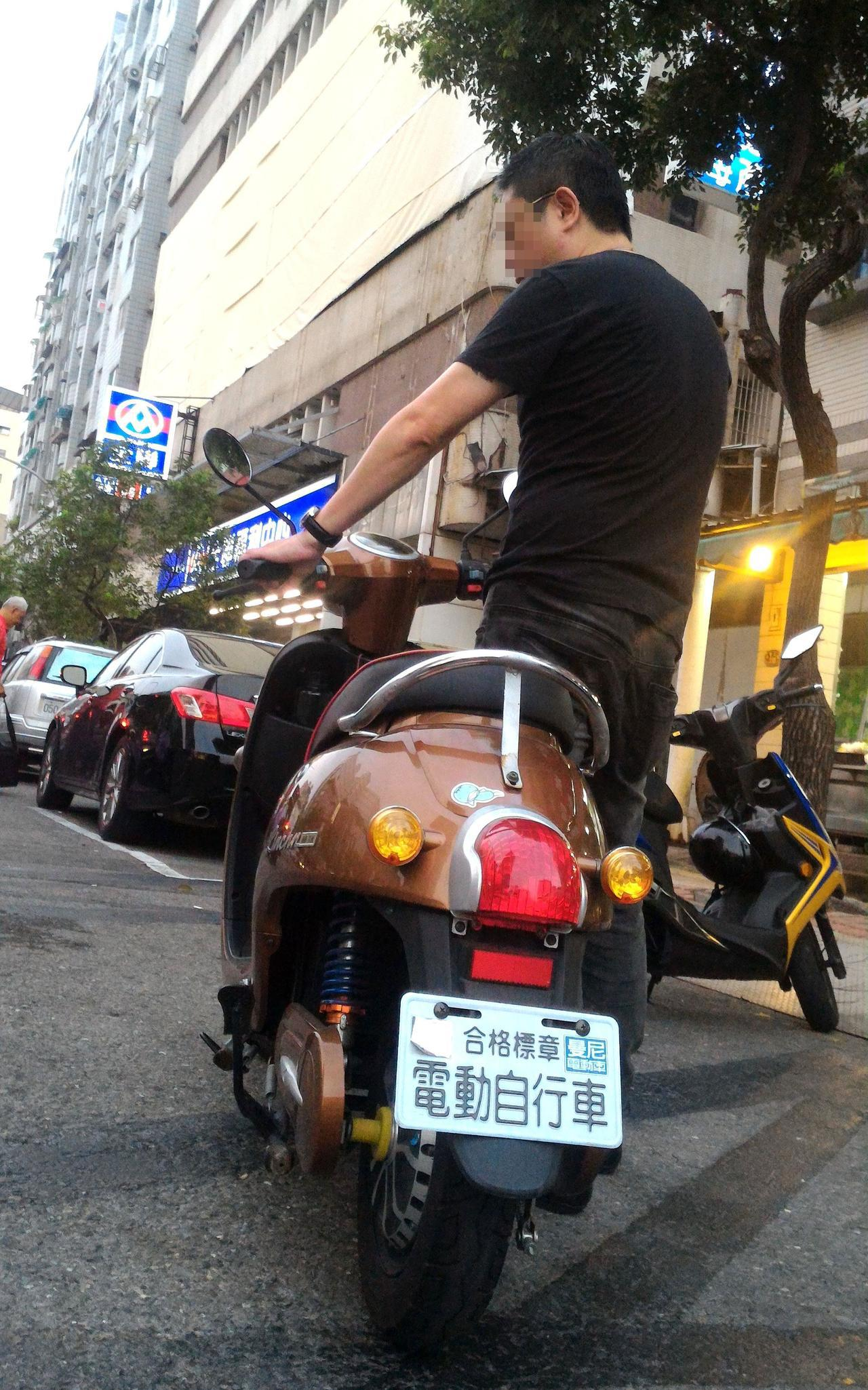 李姓男子騎電動自行車涉酒駕,認為警方未告知法律權益,令他配合執法反而要換來徒刑和...