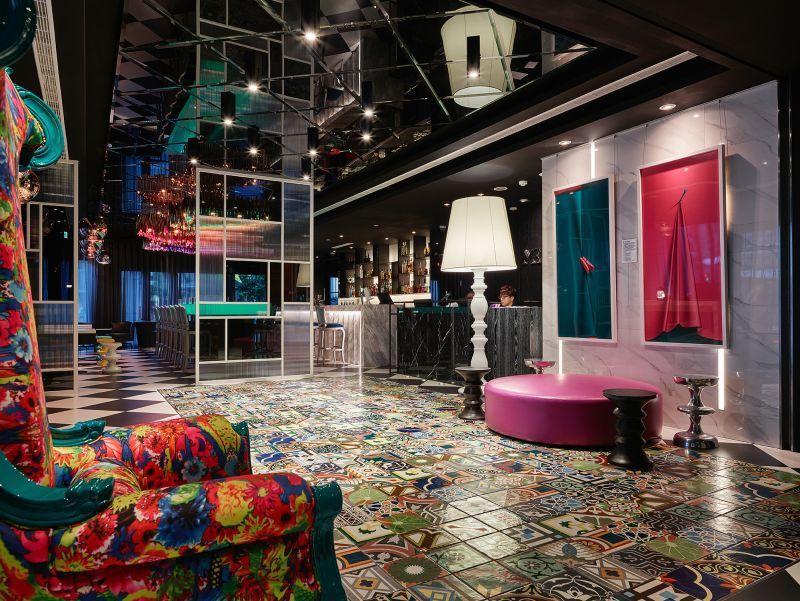 日暉台北站前HOTEL MEZI酒店以絢麗繽紛的色彩,營造現代奇幻浪漫的都會「時...