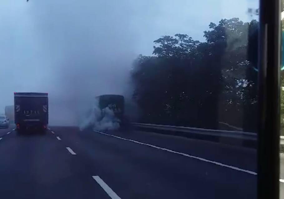 中山高民雄段今晨有輛遊覽車冒出濃煙,路過民眾驚恐目擊。圖/陳福成提供