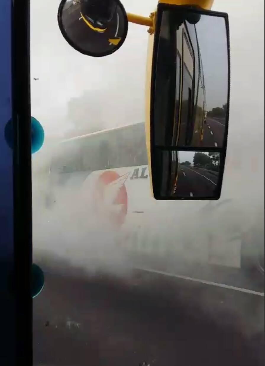冒煙遊覽車上的民眾均已撤離。圖/陳福成提供